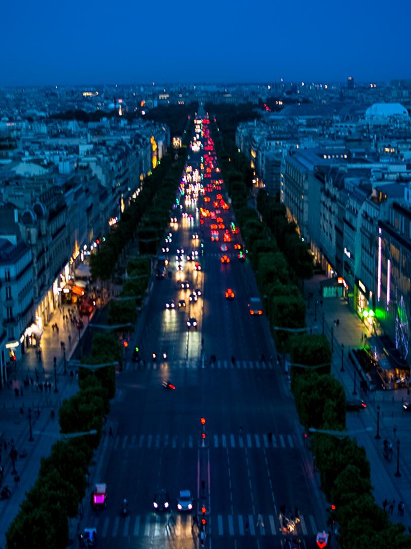 Blick auf die Straßen von Paris bei Nacht