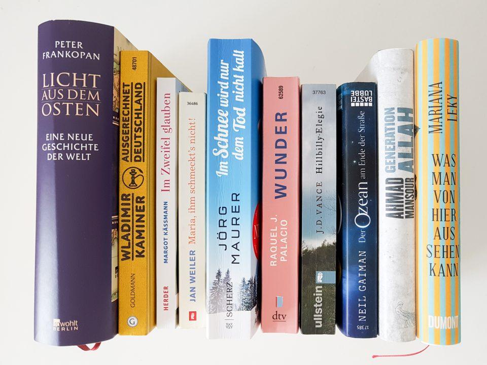 Bücherreihe mit verschiedenen Titeln