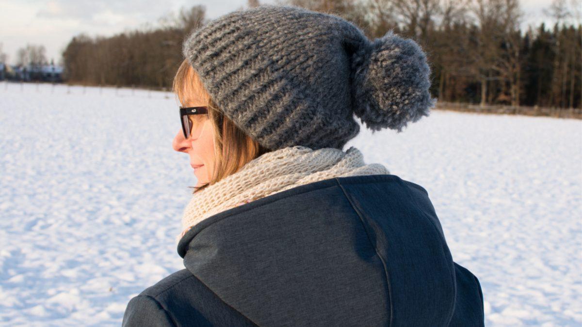 Selbstbild auf schneebedecktem Feld