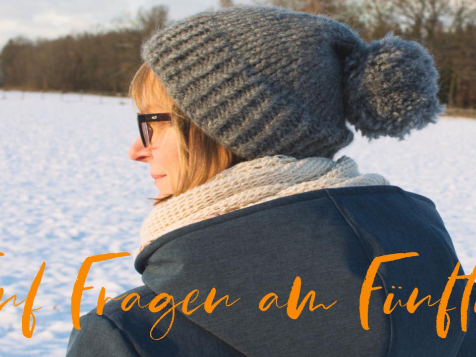 Die Autorin steht in einer Schneelandschaft