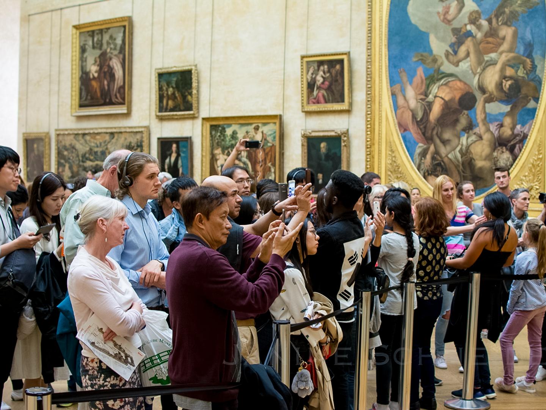 Besucher:innen vor der Mona Lisa im Louvre